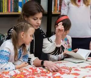 У День вишиванки Марина Порошенко долучилася до колективного вишивання рушника «Сонячна Одещина» (фото)