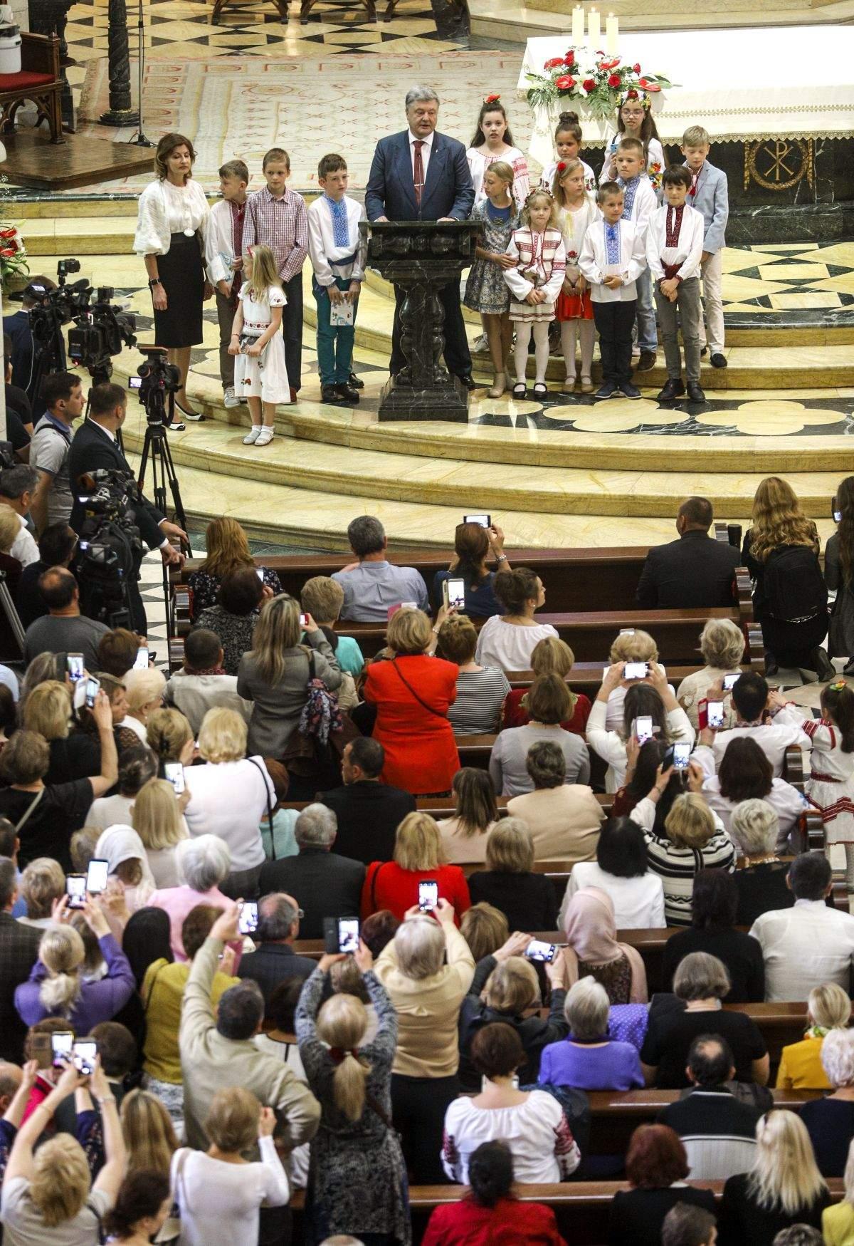 Петро Порошенко зустрівся з українською громадою Іспанії у Мадриді (фото, відео)