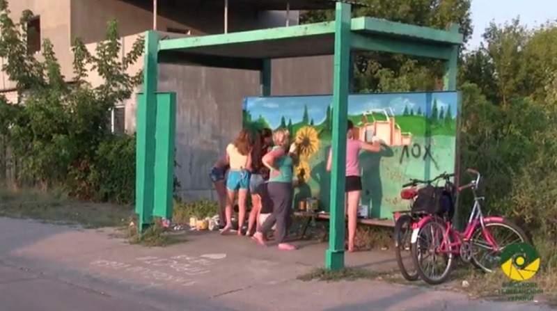 На Луганщині діти розфарбовують будівлі патріотичними малюнками (відео)