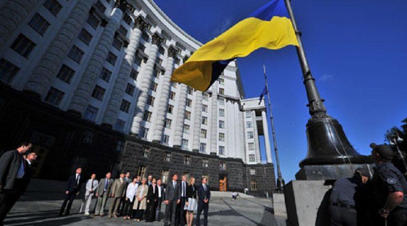 Перед Будинком Уряду урочисто підняли Державний Прапор України