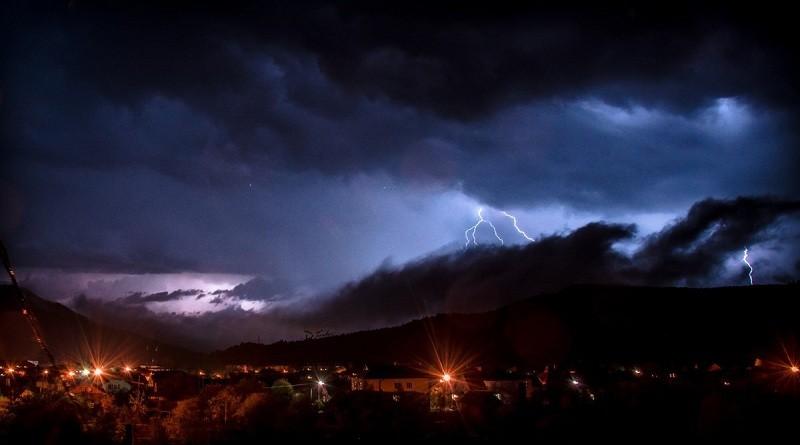 Попередження про грози, сильні дощі, град та шквали у західних областях України