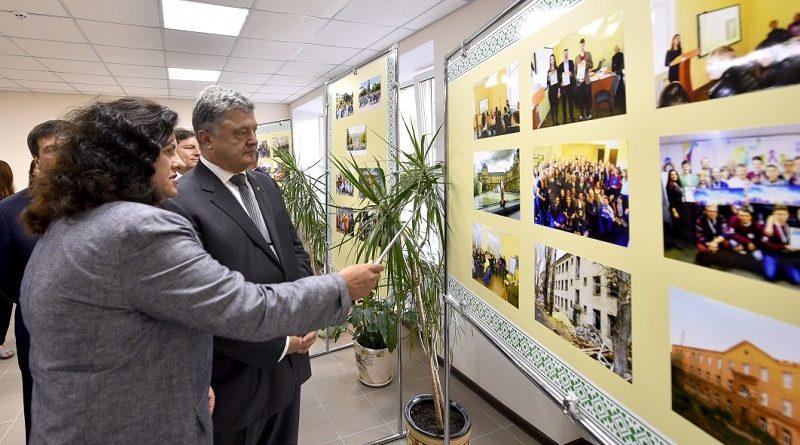 Ви є зв'язком і з Горлівкою, і з окупованим Донбасом – Глава держави викладачам Горлівського інституту іноземних мов (фото)