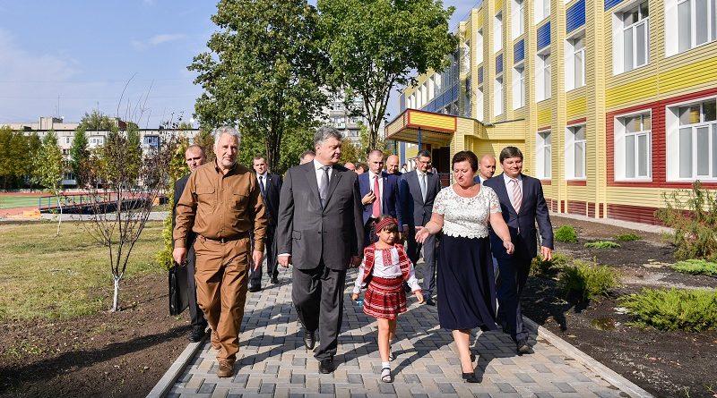 Президент взяв участь у відкритті трьох реконструйованих шкіл на Донеччині (фото)