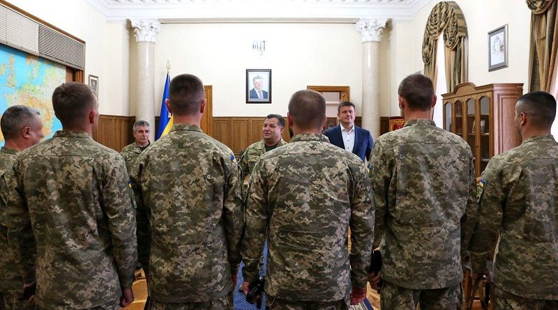 Степан Полторак нагородив 6 офіцерів ГУР відзнакою Міністерства оборони України «Вогнепальна зброя» (фото)