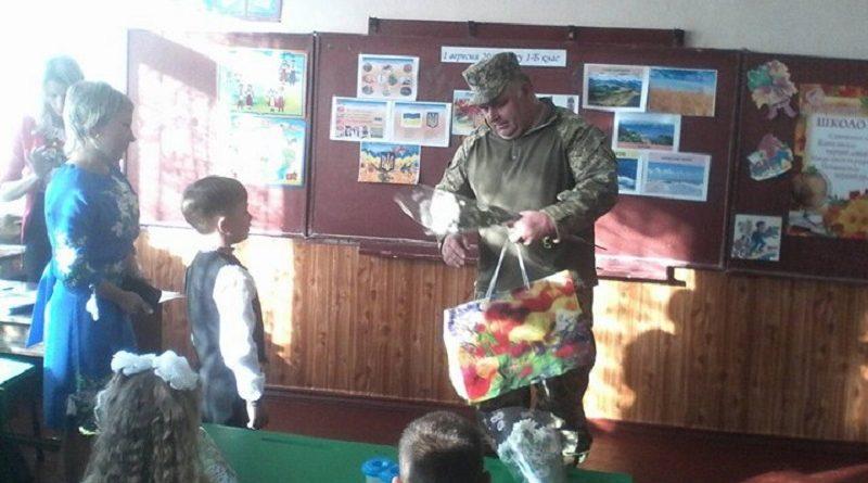 Військкоми Кіровоградщини вручили подарунки першокласникам, батьки яких загинули під час АТО (фото)