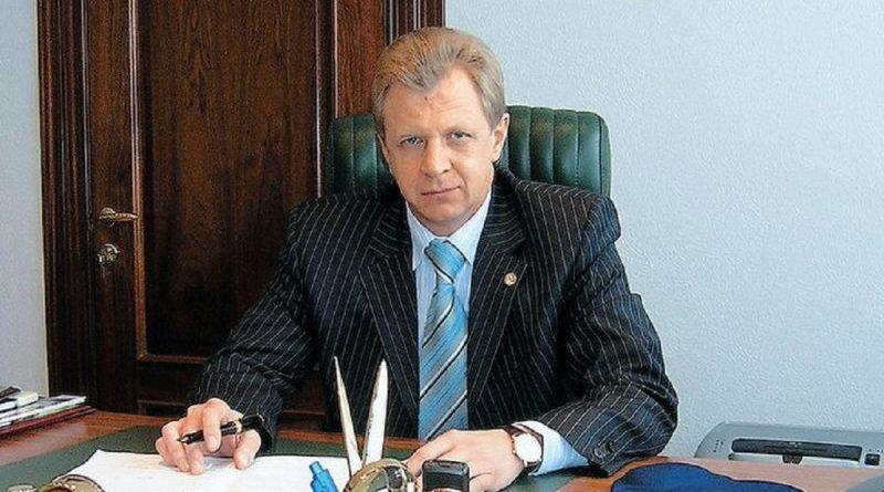Екс-заступника Міністра Промполітики та двох його синів звинувачують у заволодінні державними 1,5 млн доларів США