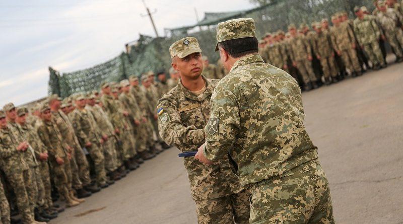 Міністр оборони України нагородив відомчими відзнаками військовослужбовців в районі проведення АТО (фото)