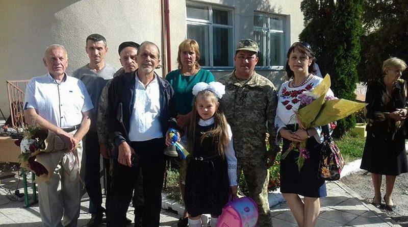 На Тернопільщині першокласників, батьки яких загинули під час АТО, до школи провели військкоми (фото)