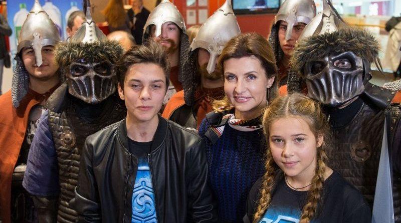 Марина Порошенко з дітьми з дитячих будинків та дітьми з інвалідністю відвідала прем'єру фентезі-фільму (фото)
