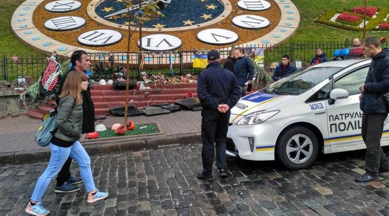 У Києві поліція затримала чоловіка за руйнування меморіалу Героям Небесної сотні (фото)