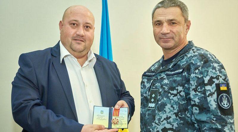 Командувач ВМС вручив волонтеру почесний нагрудний знак начальника Генштабу за постійну підтримку морпіхів
