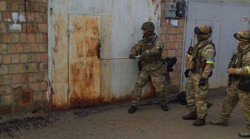 Правоохоронці виявили у Києві схрон зі зброєю, вибухівкою і боєприпасами (фото, відео)