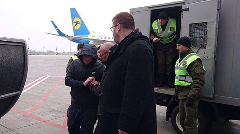 """Українські поліцейські передали французьким колегам з Інтерполу розшукуваного """"короля шахраїв"""""""