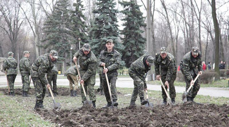 Залучення військовослужбовців до господарських робіт знижує рівень бойової готовності військ (документ)