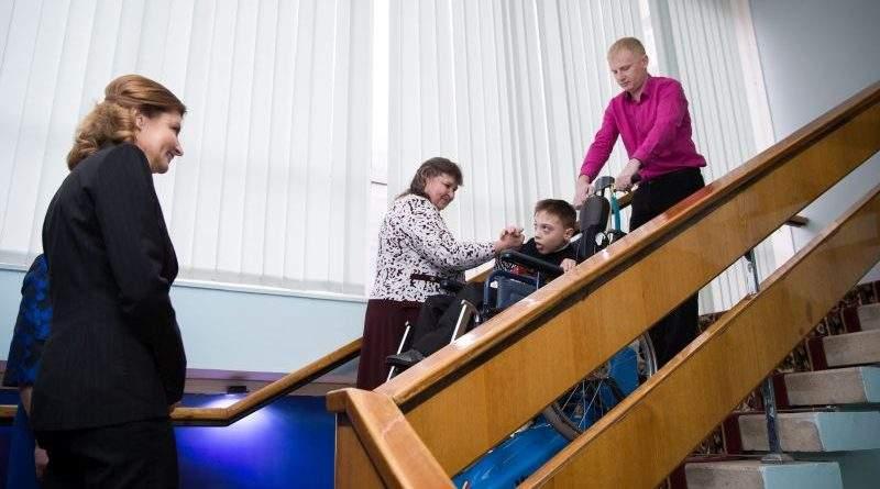 У Запоріжжі Марина Порошенко передала гусеничні сходові підйомники для дев'яти інклюзивних шкіл регіону (фото)
