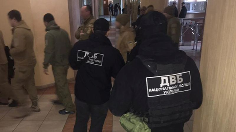 Внутрішня безпека Нацполіції затримала групу одеських поліцейських за скоєння низки злочинів (фото)