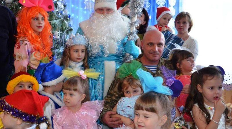 Військовослужбовці ССО зробили новорічні подарунки дітям прифронтового Новолуганського (фото, відео)