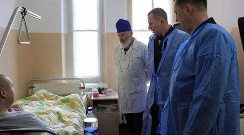 Керівники Нацполіції відвідали пораненого під час стрілянини в Одесі поліцейського (відео)