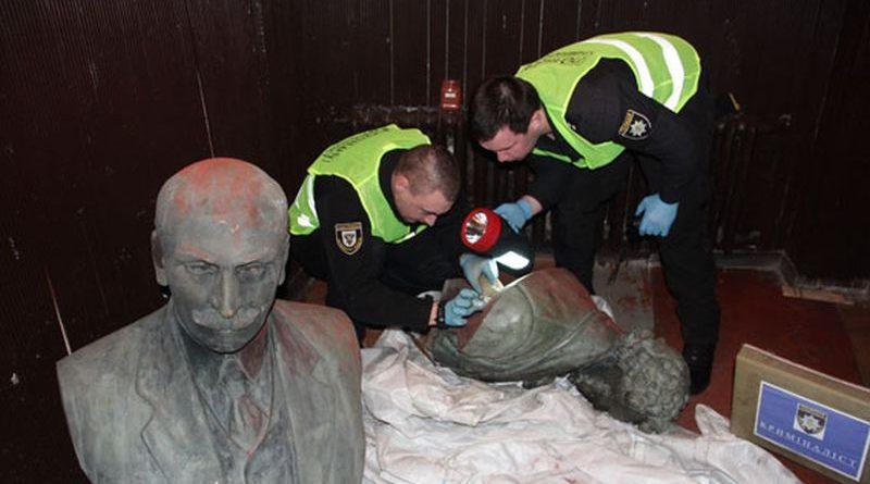 Чернігівська поліція розшукала викрадені погруддя Коцюбинського та Пушкіна (фото)