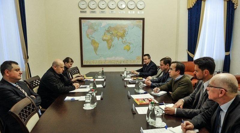 Олександр Турчинов провів зустріч з українськими військовими експертами (фото)