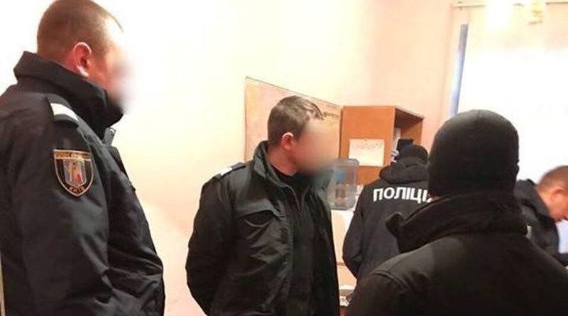 """На київскому вокзалі викрито поліцейських, які """"кришували"""" кишенькових злодіїв (фото, відео)"""
