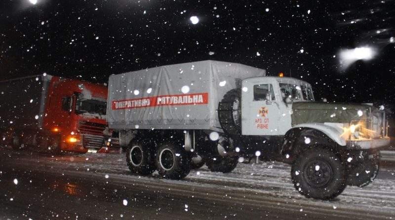 Рятувальники надають допомогу водіям на автошляхах України (відео)