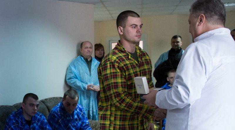 Президент відвідав у лікарні правоохоронців, поранених у сутичках під Верховною Радою 27 лютого (фото)