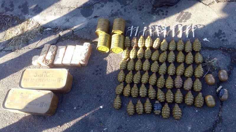 У прифронтовому Новолуганському поліцейські Донеччини виявили схрон боєприпасів (фото)