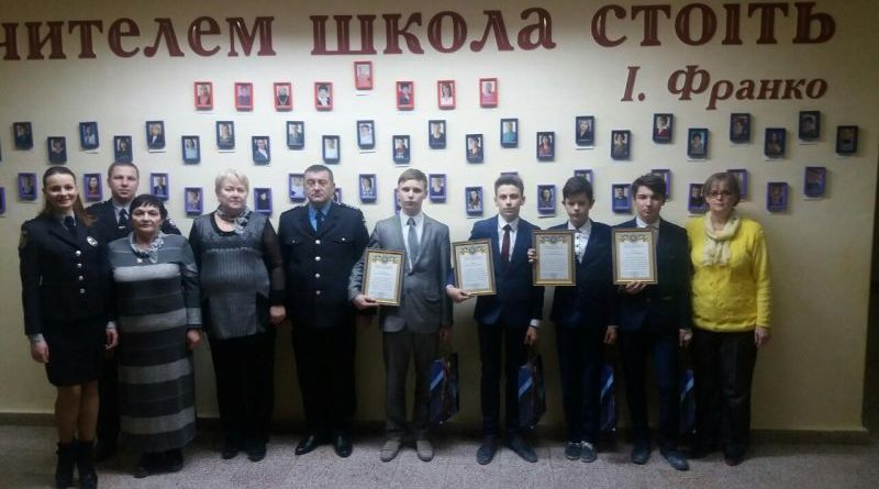 У Новограді-Волинському поліцейські нагородили підлітків за порятунок людини (фото)