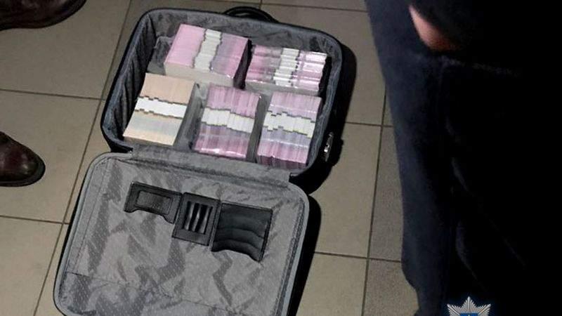 На Київщині поліція затримала групу посадовців з валізою, всередині якої було 1,3 мільйона гривень хабара (фото)