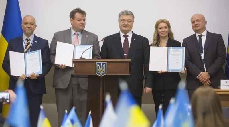 «Сьогоднішній день – яскрава демонстрація, як змінилася Україна» – Президент передав перші ліцензії на 4G (фото)