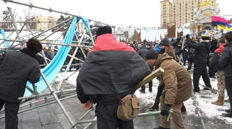 Активісти в центрі Києва розібрали конструкцію із українською символікою: їхнім діям буде надана правова оцінка