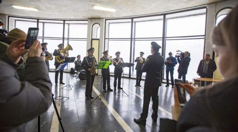 Військовий оркестр посольської бригади привітав киян із початком весни (фото, відео)