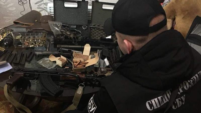 СБУ ліквідувала розгалужену мережу збуту зброї та боєприпасів (фото)