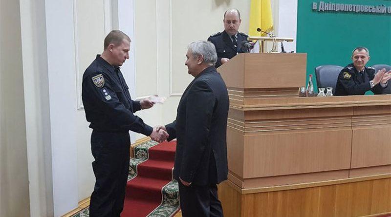 Двох медиків з Дніпра нагороджено вогнепальною зброєю за збережені життя поліцейських (відео)