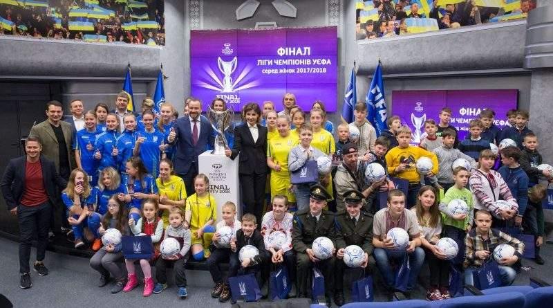 Марина Порошенко та Андрій Павелко презентували футбольний флешмоб (фото)