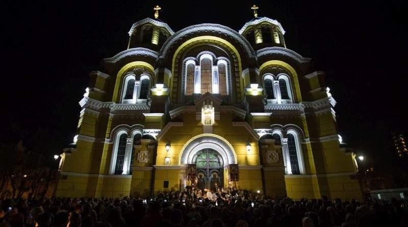 У Великодню ніч Президент помолився з вірянами різних церков (вітання, фото, відео)