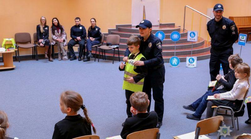 Поліція працюватиме в школах, аби зробити дітей на дорозі більш помітними (фото, відео)