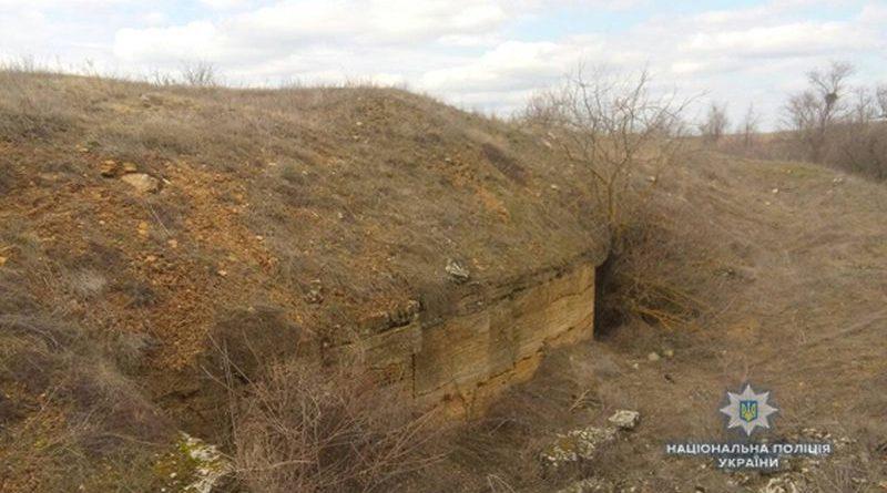 На Миколаївщині поліцейські виявили у покинутій шахті схрон боєприпасів (фото, відео)