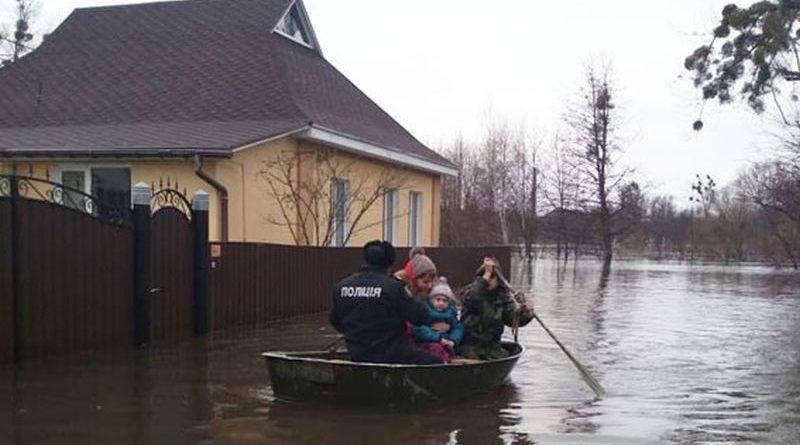 На Сумщині поліція допомагає людям долати наслідки повені (фото)