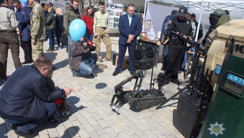 Вибухотехнічна служба Нацполіції презентувала іноземним колегам методи знешкодження саморобних пристроїв (фото)