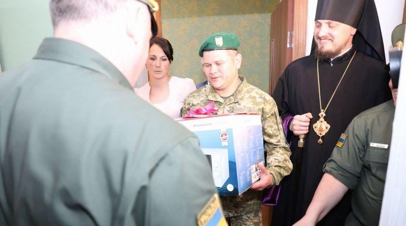 Голова Держприкордонслужби вручив 50 сім'ям прикордонників ключі від квартир (фото)