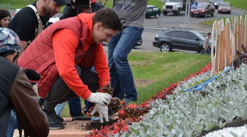 Олімпійському чемпіону з фристайлу Олександру Абраменку подарували панно з 14 000 квітів (фото)