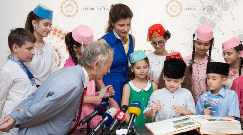 Марина Порошенко разом із дітьми-переселенцями з Криму заповнили нові сторінки «Книги Миру» (фото)