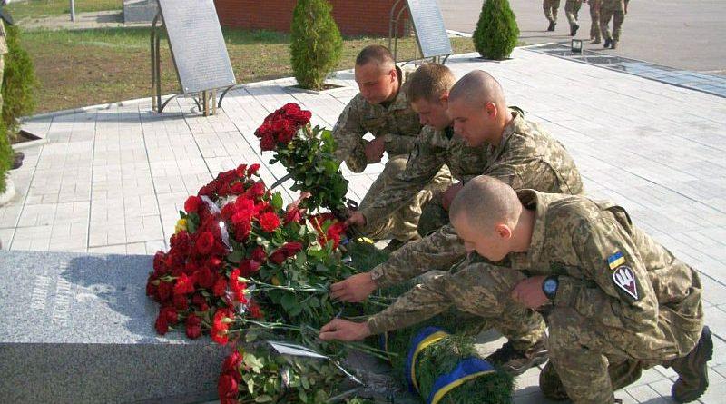 Дніпровські десантники вшанували пам'ять бойових побратимів, які загинули в небі над Луганськом (фото)