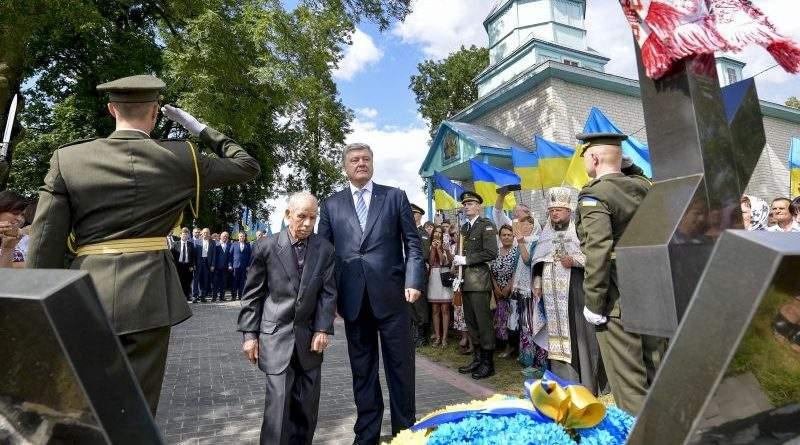 Петро Порошенко вшанував пам'ять українців у селі Гончий Брід на Волині (фото, відео)