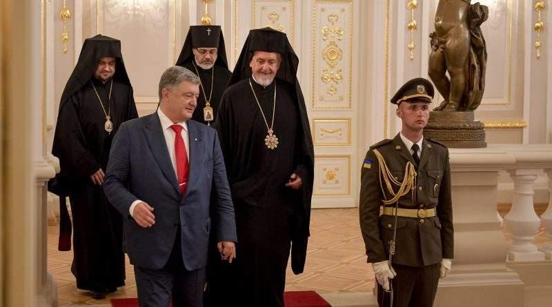 Петро Порошенко зустрівся з делегацією Вселенського Патріархату, яка прибула для участі у святкових заходах (фото)