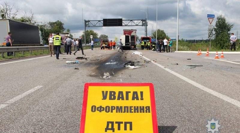 На Житомирщині розпочато розслідування ДТП, що призвела до загибелі 10 осіб на трасі Київ-Чоп (фото, відео)