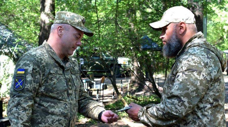 Командувач ОС вручив нагороди військовим, які відзначились під час взяття під контроль н.п. Золоте-4 (фото)