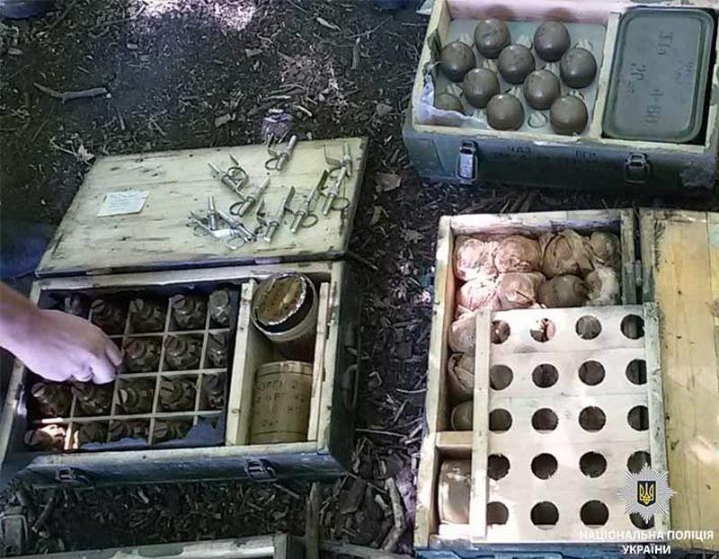 Схованку з вибухівкою, гранатами та гранатометами виявили поліцейські у лісосмузі на Дніпропетровщині (фото)